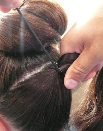 تقسيمه إلى جزئين متساويين الخطوة الثانية : لفى شعرك بالجزء
