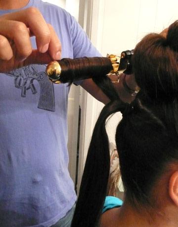 الأعلي بأي رابطة شعر متوافرة لديكِ الخطوة الثالثة : بأعلى